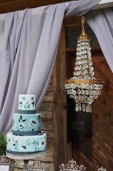Piękny błękitny trójstronny tort na stole.