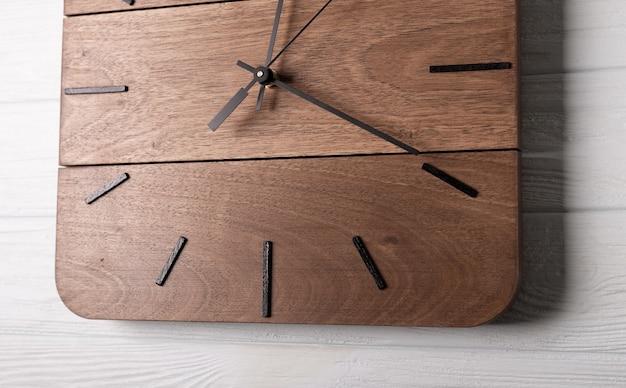Piękny brązowy zegar ścienny wykonany z drewna