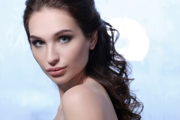 Piękny brunetki kobiety portret, skóry opieki pojęcie
