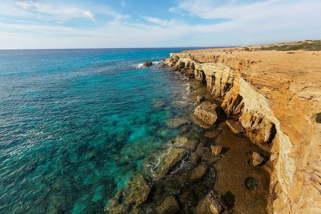 Piękny brzeg morza na cyprze o wschodzie słońca