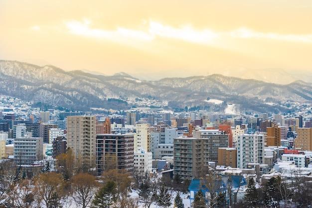 Piękny budynek architektury z górskim krajobrazem w sezonie zimowym o zachodzie słońca