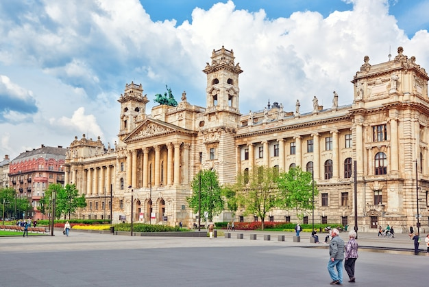 Piękny budynek - muzeum etnograficzne, to muzeum narodowe w budapeszcie na placu kossutha na węgrzech