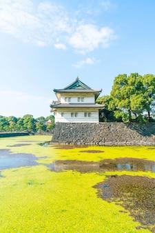 Piękny budynek pałacu cesarskiego w tokio