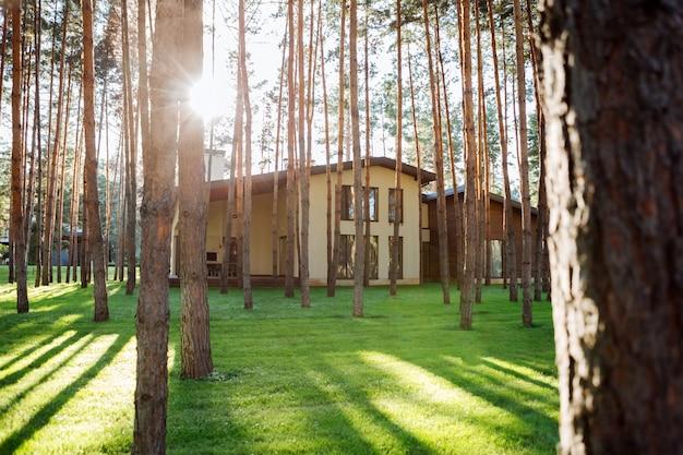 Piękny budynek. zamknij się piękny ładny dom stojący w lesie