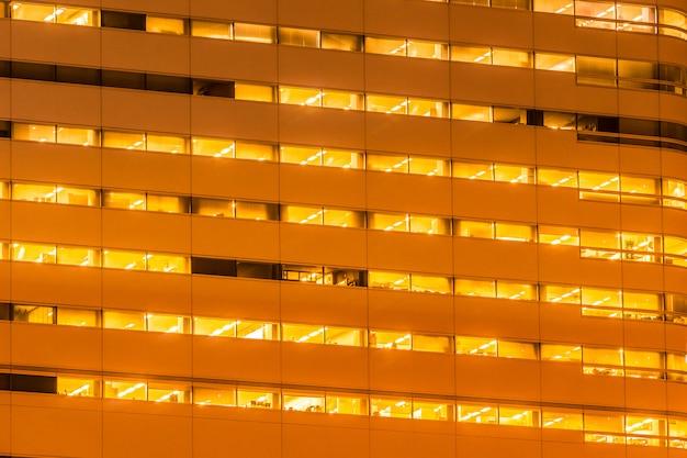 Piękny budynek zewnętrzny i architektura z oknem i światłem