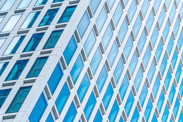 Piękny budynek zewnętrzny i architektura ze wzorem okien