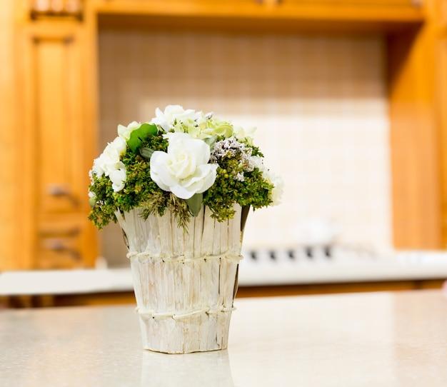 Piękny bukiet białych kwiatów w koszu