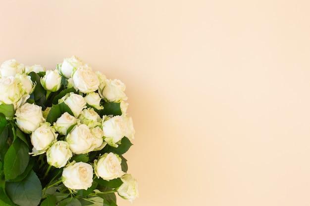 Piękny bukiet białych róż na jasnym tle
