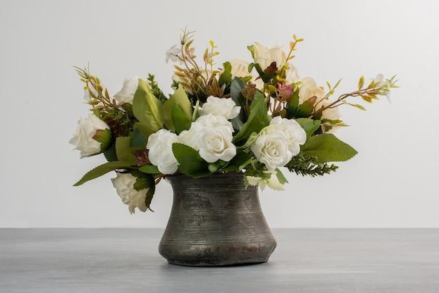 Piękny bukiet białych róż na szarym stole