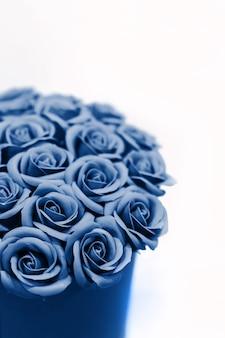 Piękny bukiet błękitnych róż odizolowywać. tonowany w klasycznym niebieskim kolorze.