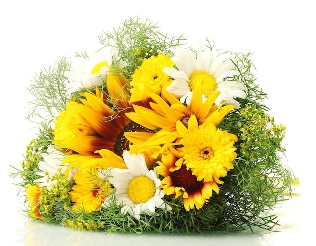 Piękny bukiet jasnych kwiatów, na białym tle
