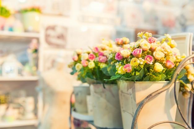 Piękny bukiet jasnych kwiatów w koszu