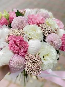 Piękny bukiet kwiatów białe piwonie różowa eustoma liliowa chryzantema i ozotamnus