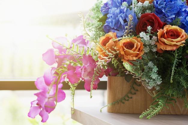 Piękny bukiet kwiatów do dekoracji ślubnej