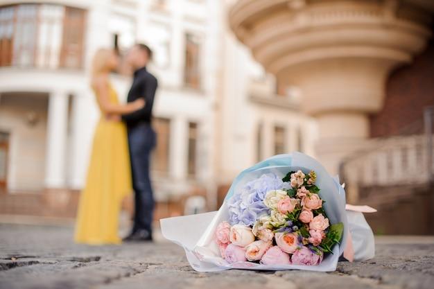 Piękny bukiet kwiatów na brukowanej drodze