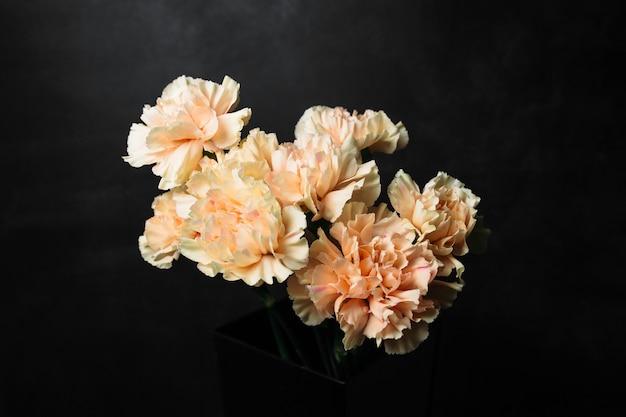 Piękny bukiet kwiatów na czarnym tle