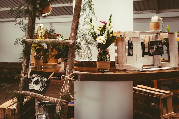 Piękny bukiet kwiatów na drewnianym stole