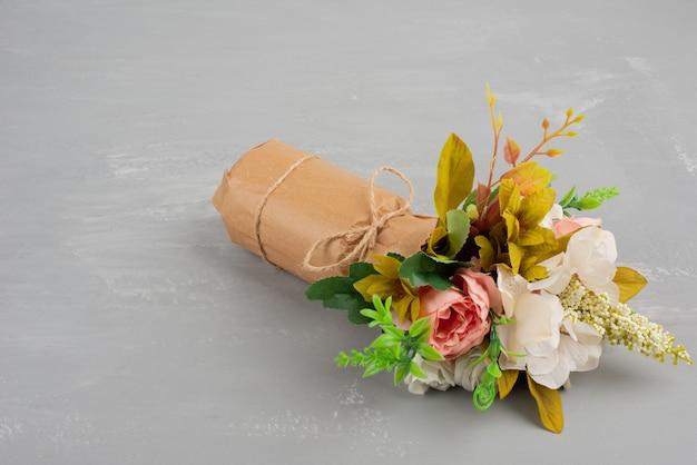 Piękny bukiet kwiatów na szarej powierzchni