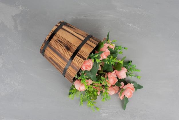 Piękny bukiet kwiatów na szarym stole