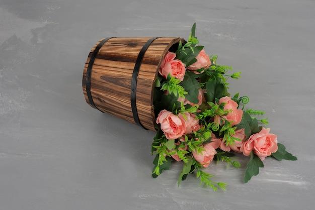 Piękny bukiet kwiatów na szarym stole.