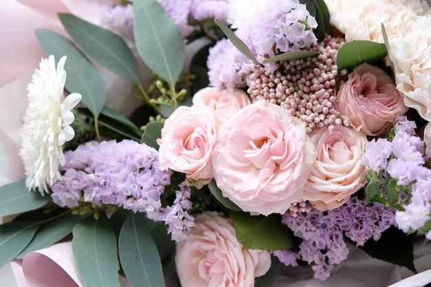 Piękny bukiet kwiatów na tle. piękny bukiet kwiatów na tle. białe i różowe róże, białe lisianthus i różne kwiaty