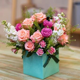 Piękny bukiet kwiatów w pudełku