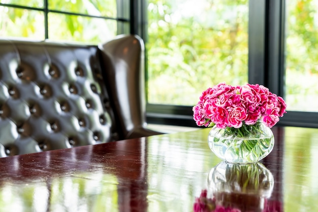 Piękny bukiet kwiatów w wazonie na stole
