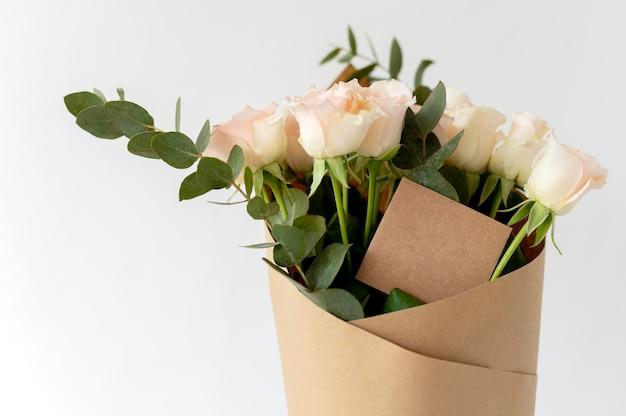 Piękny bukiet kwiatów z pustą notatką