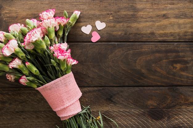 Piękny bukiet kwiatów z wstążką