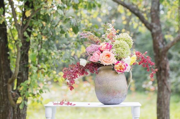 Piękny bukiet na drewnianej półce w ogrodzie