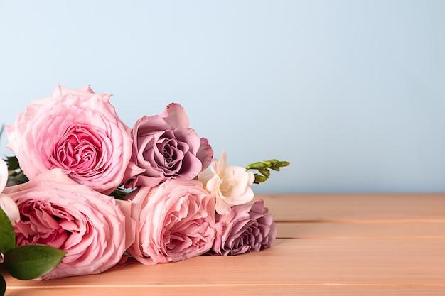 Piękny bukiet róż na drewnianym stole