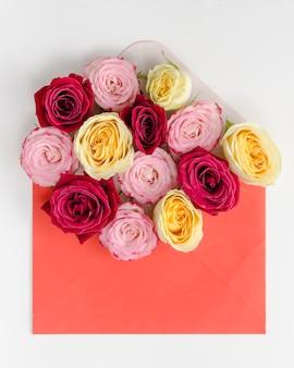 Piękny bukiet róż w kopercie