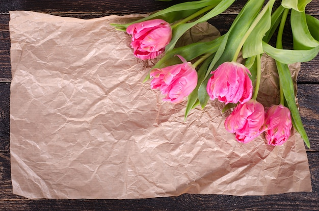 Piękny bukiet różowi tulipany na rzemiosło papierze.