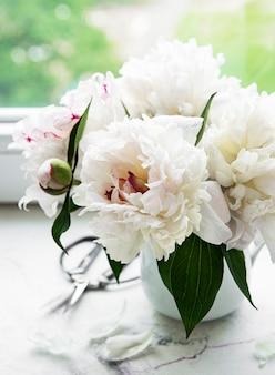 Piękny bukiet różowych piwonii w wazonie. wiosenny nastrój, romantyczny prezent.