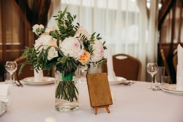 Piękny bukiet ślubny stoi na stole. dekoracje ślubne
