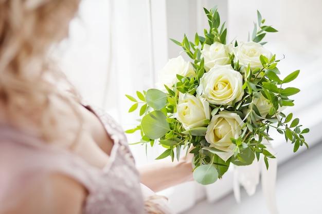 Piękny bukiet ślubny w dłoni