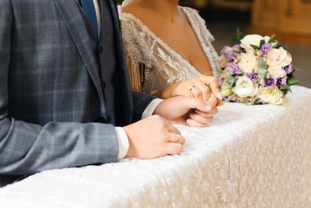 Piękny bukiet ślubny w rękach panny młodej