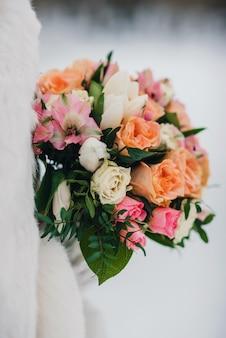 Piękny bukiet ślubny z biało-pomarańczowymi różami i różowymi alstroemerias