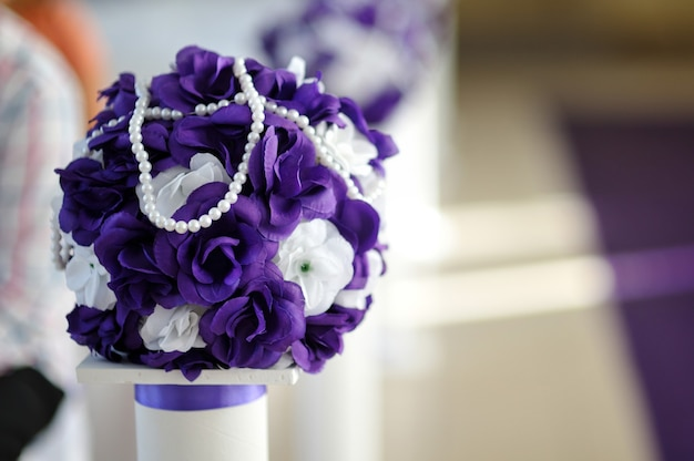 Piękny bukiet ślubny z fioletowo-białych kwiatów.