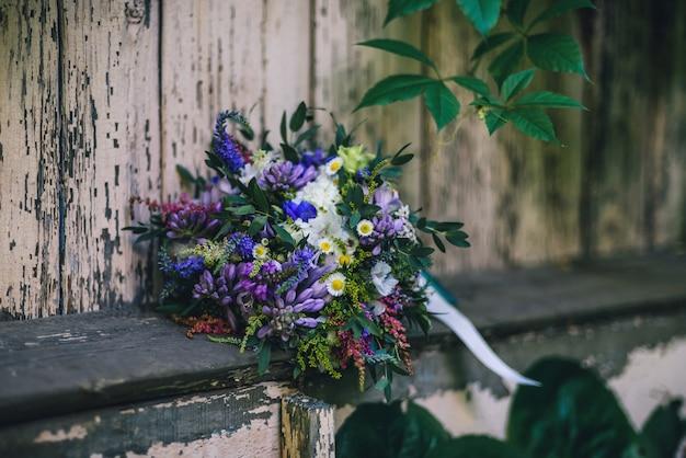 Piękny bukiet ślubny z wieloma kolorowymi kwiatami