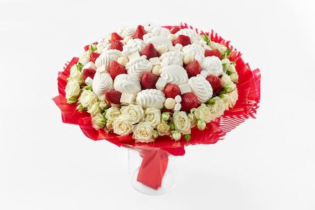 Piękny bukiet stworzony z białych róż, pianek i dojrzałych truskawek
