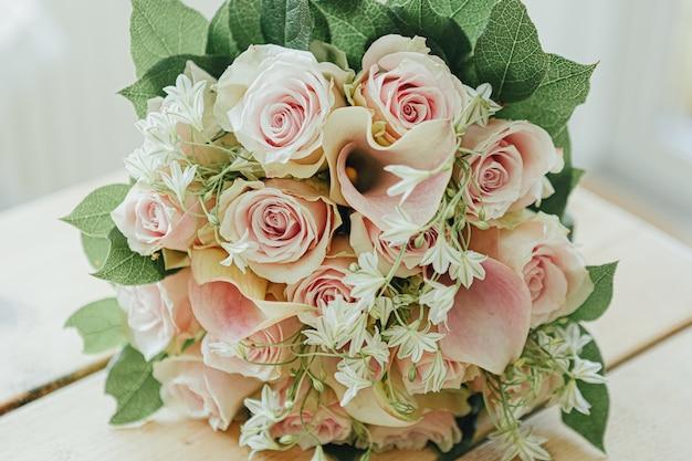 Piękny bukiet z różowych róż i zielonych liści