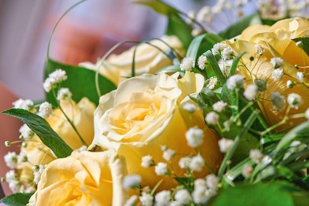 Piękny bukiet żółtych róż. bukiet do dekoracji wnętrz lub jako prezent. karta kwiatowy wzór. zamknij widok z płytkiej głębi ostrości.