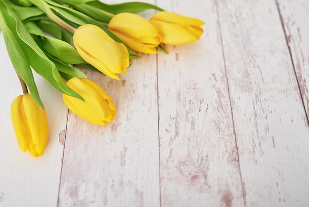 Piękny bukiet żółtych tulipanów jako prezent
