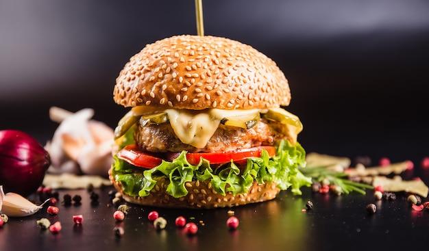 Piękny burger na ciemnej powierzchni