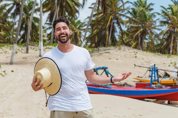 Piękny chłopak na plaży na wakacjach