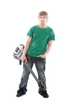 Piękny chłopak z gitarą elektryczną. na białym tle na białej ścianie