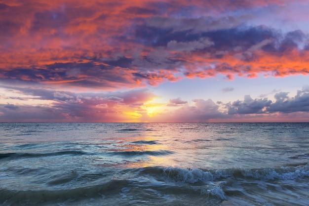 Piękny cloudscape nad morzem o wschodzie słońca.
