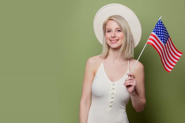 Piękny cowgirl w kapeluszu z flagą stanów zjednoczonych