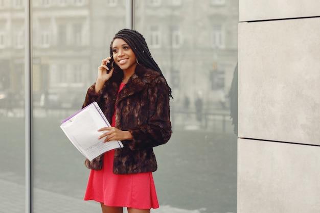 Piękny czarny bizneswoman w wiosny mieście